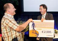 Loed Gielen neemt de prijs in ontvangst van de heer P.N. (Peter) Bruggeman, directievoorzitter van Rabobank Peel en Maas. (Foto: Ger Peeters)