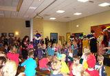 Sinterklaas zou Sinterklaas niet zijn als hij geen cadeautjes had meegenomen voor de kinderen. Daarvoor staan ze graag in de rij!